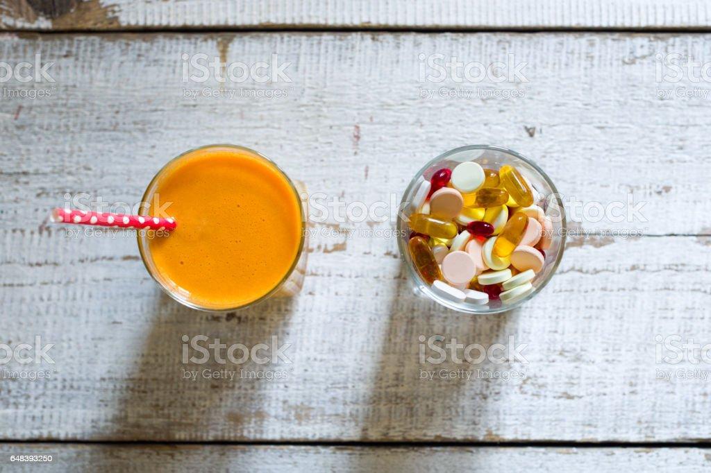 Gesunde Lebensweise und Ernährung Konzept. Obst, Pillen und Vitamin-Ergänzungen – Foto