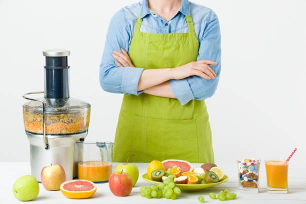 gesunde lebensweise und ernährung konzept. frau wahl - hack rezepte stock-fotos und bilder