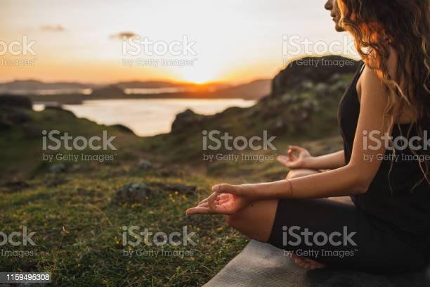 Gezonde Lifestyle En Yoga Concept Closeup Handen Woman Do Yoga Buitenshuis Bij Zonsopgang In Lotus Positie Vrouw Oefenen En Mediteren In De Ochtend Natuur Achtergrond Stockfoto en meer beelden van Alleen volwassenen