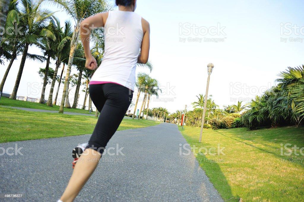 Estilo de vida saludable mujer asiática trotar en el parque tropical - Foto de stock de Actividad libre de derechos
