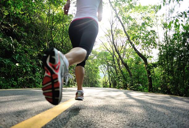 gesunder lifestyle fitness sport frau beine laufen bei mountain road - schlanke waden stock-fotos und bilder