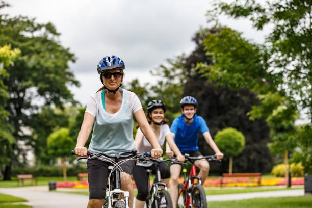 Gesunder Lebensstil-Menschen, die im Stadtpark Fahrrad fahren – Foto