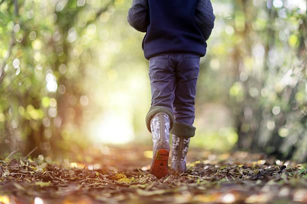 gesunder lifestyle - kinder winterstiefel stock-fotos und bilder