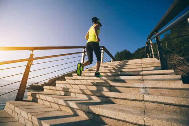 Gesunde Lebensweise Sport Frau läuft bis auf Steintreppen am Meer – Foto