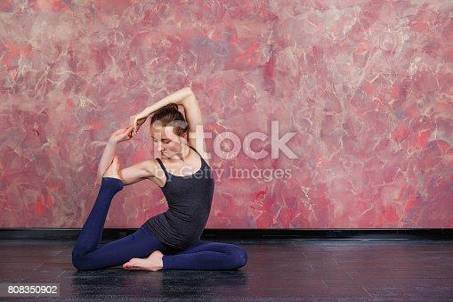 istock Estilo de vida saludable. La chica está practicando meditación ... a0b7b78180cc