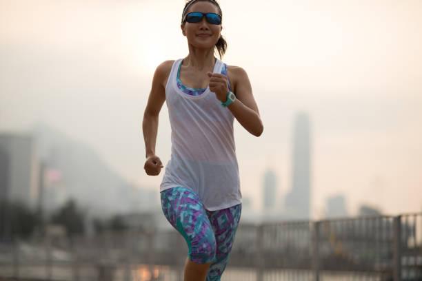 Gesunder Lebensstil Frau Läuferin läuft auf Hong kong Stadt – Foto
