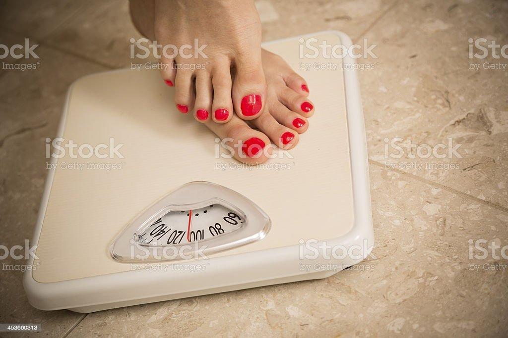 Estilo de vida saludable: Mujer pasos en la balanza. Pérdida de peso. - foto de stock