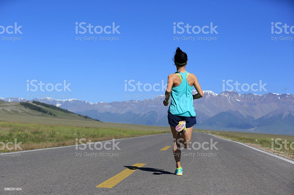 healthy lifestyle young fitness woman runner running on road foto royalty-free