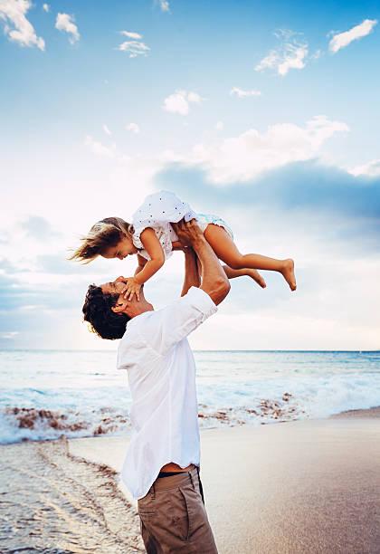 Gesunde Liebende Vater und Tochter spielen am Strand – Foto