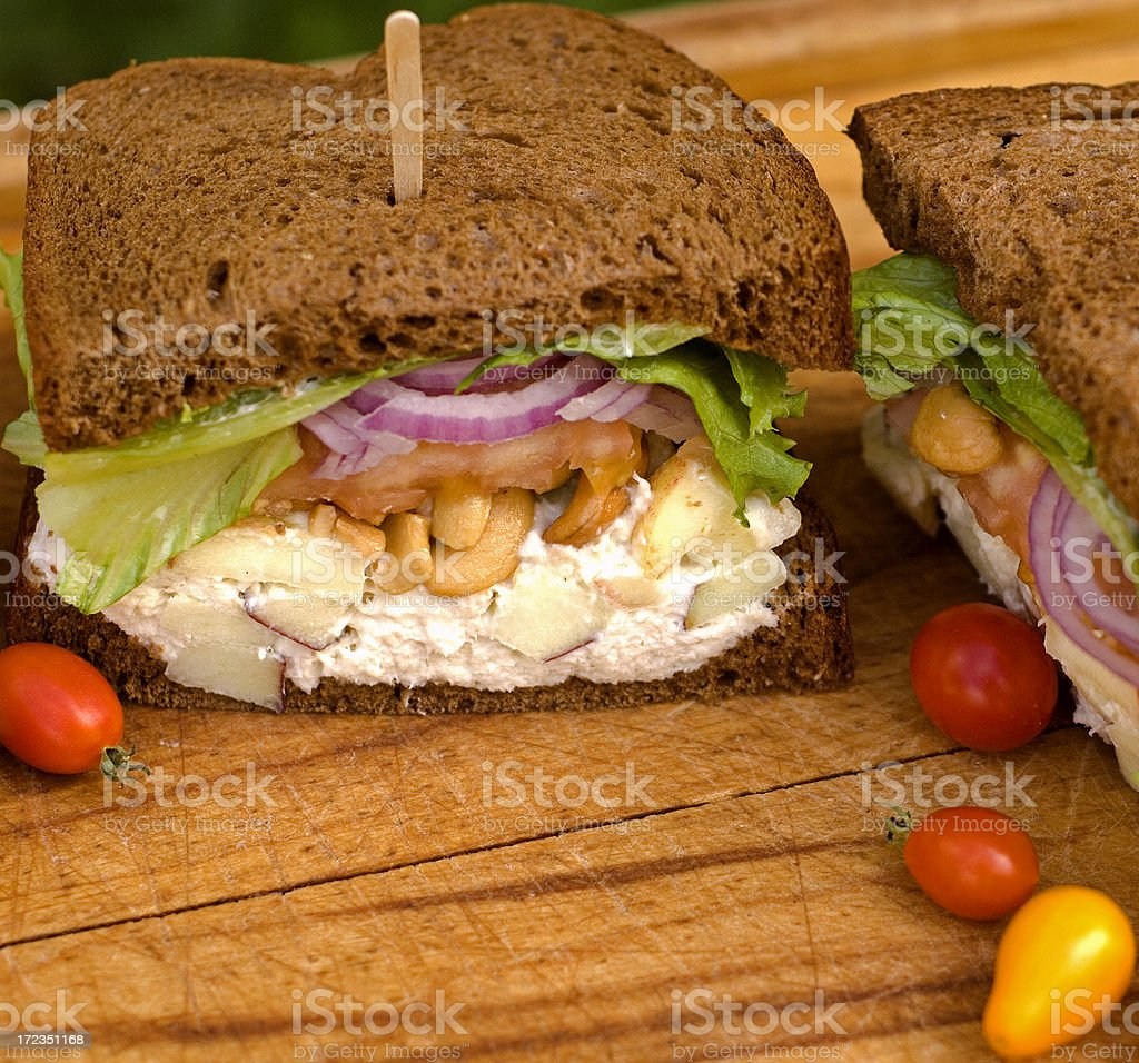 Almuerzo saludable, sándwich de ensalada de pollo con verduras en Pan integral foto de stock libre de derechos