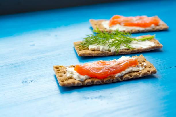 Gesundes Mittagessen von Knäckebrot mit Lachs und Frischkäse – Foto