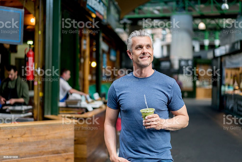 Healthy man having a smoothie - foto stock