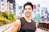 健康的な成熟した日本の男性のポートレート東京でエクササイズ