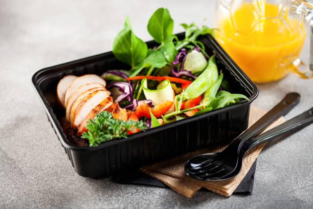 Gesunde Mahlzeiten Prep-Behälter mit Hühner-und Gemüsesalat. – Foto