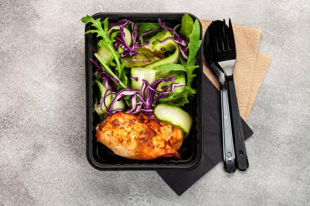 Gesunde Mahlzeiten Prep-Behälter mit Hühner-und Gemüsesalat. Top View – Foto