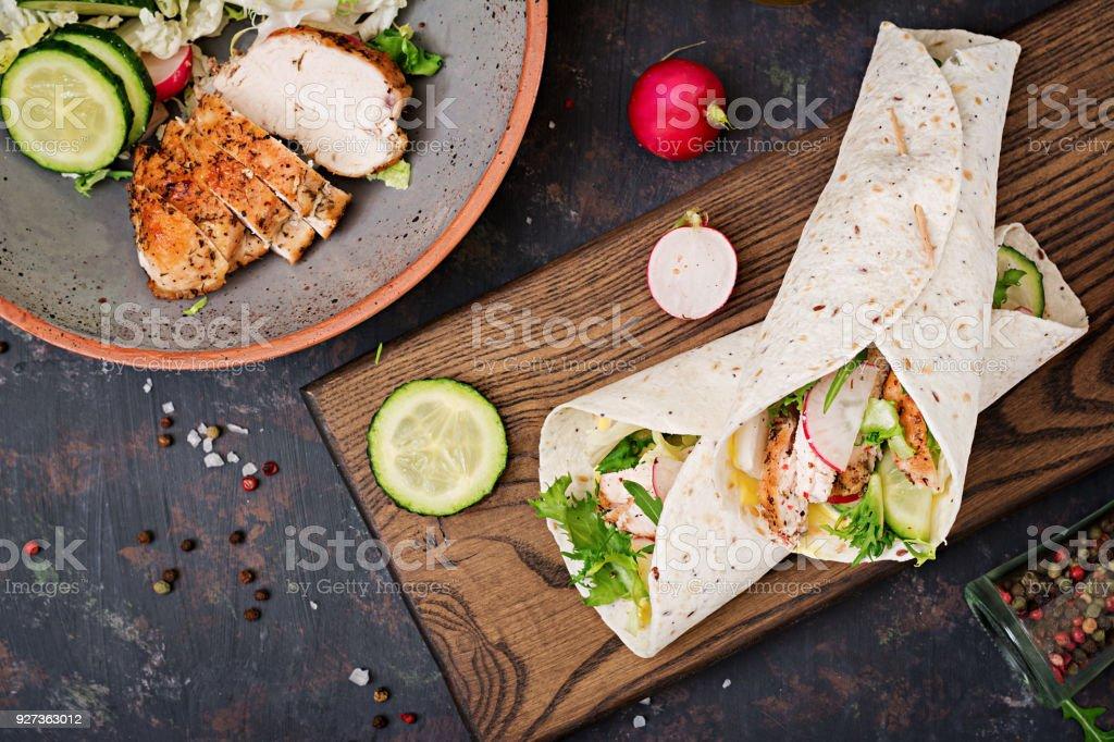Gesunde mexikanische Tacos mit gebackene Hähnchenbrust, Gurken, Radieschen und Salat. Flach zu legen. Ansicht von oben – Foto