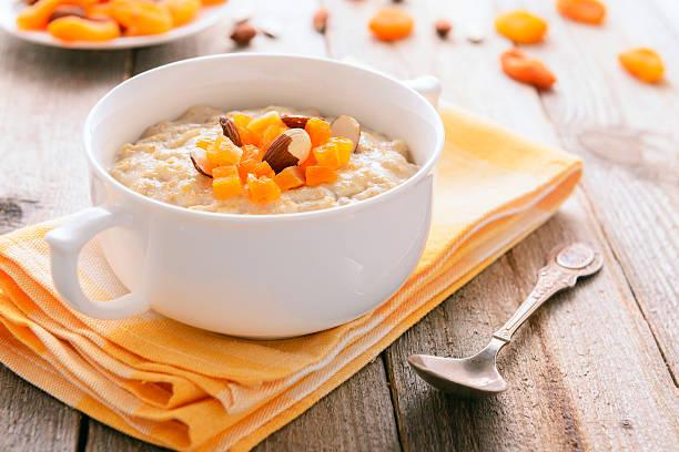 Gesunde Ernährung: Haferbrei mit getrockneten Aprikosen – Foto