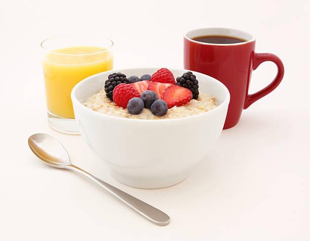 gesundes frühstück-haferflocken - getreidebrei stock-fotos und bilder