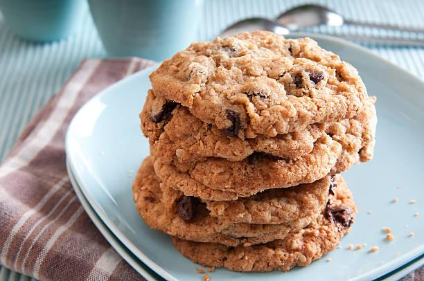 gesunde haferflocken kekse mit schokolade-chips - hafer cookies stock-fotos und bilder