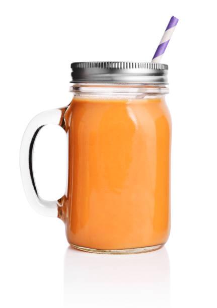 gesund und orangen-smoothie - einmachglassmoothie stock-fotos und bilder