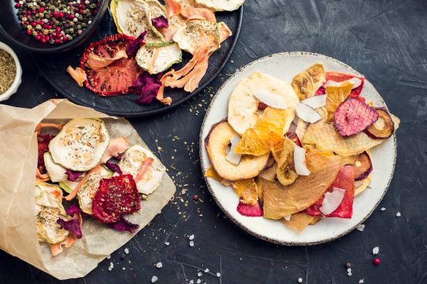 gezonde biologische zelfgemaakte groenten en fruit chips - gedroogd voedsel stockfoto's en -beelden