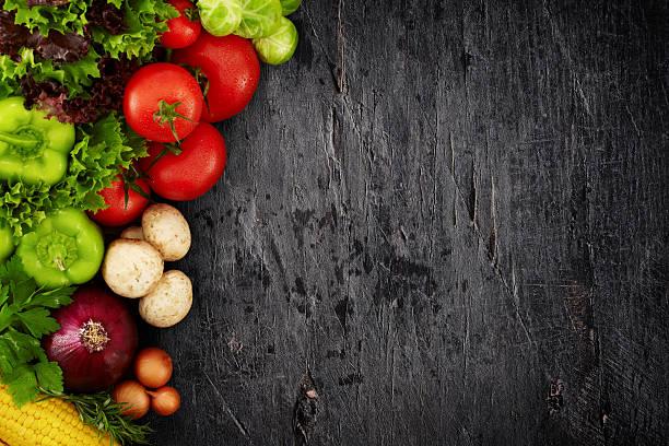 Gesunde Bio-Gemüse auf Holz Hintergrund dunkle – Foto