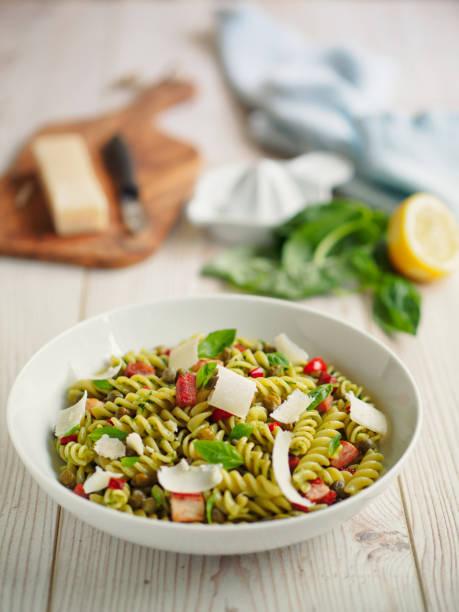 gesunder nudelsalat - nudelsalat zum grillen stock-fotos und bilder