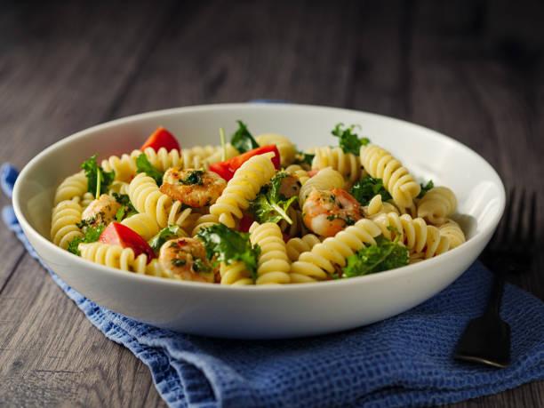 gesunde pasta-salat mit gegrillten king prawn - nudelsalat zum grillen stock-fotos und bilder