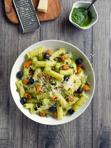 gesunde pasta-salat mit gerösteten butternuts kürbis - nudelsalat zum grillen stock-fotos und bilder
