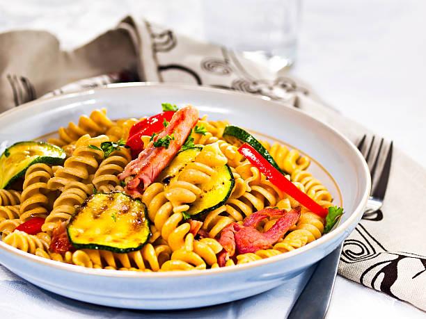 gesunde pasta und salate - nudelsalat zum grillen stock-fotos und bilder