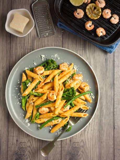 gesunde pasta mit broccoli und garnelen salat - nudelsalat zum grillen stock-fotos und bilder