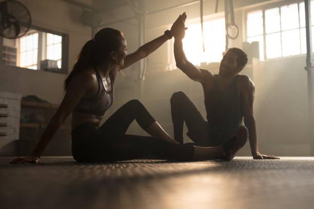 pessoas saudáveis após sessão de exercício bem sucedido - comodidades para lazer - fotografias e filmes do acervo