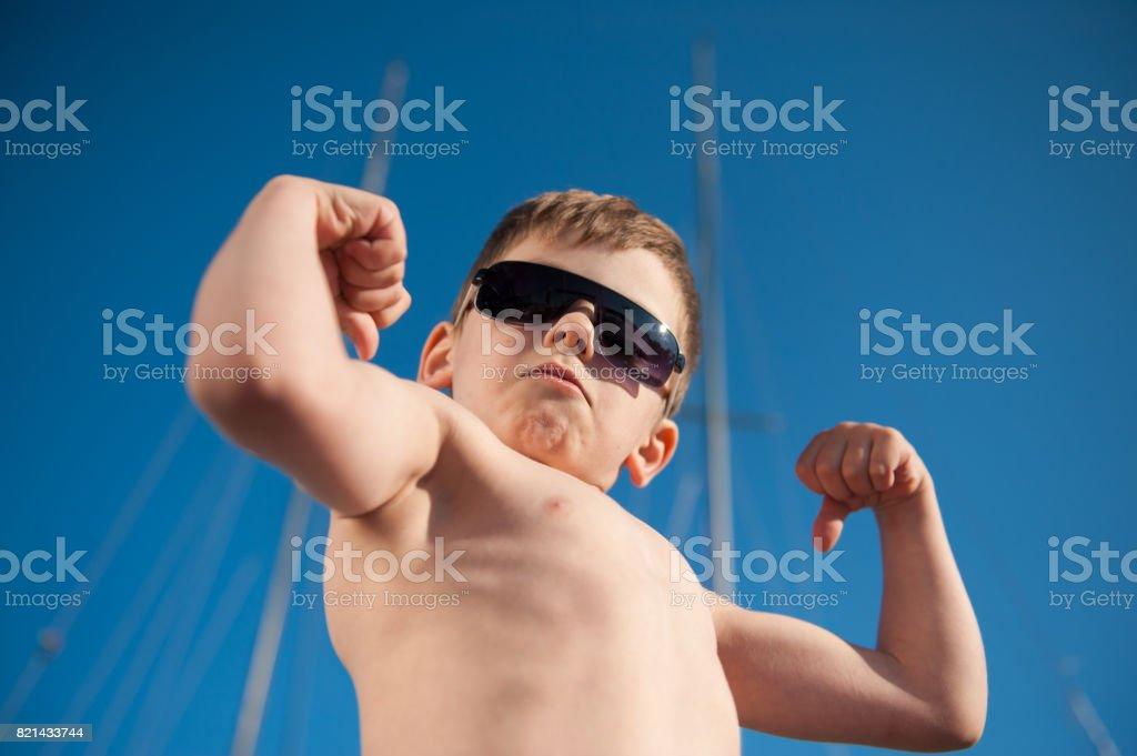 criança pré-escolar saudável, mostrando seu verão ao ar livre do bíceps - foto de acervo