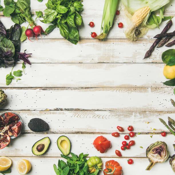 gesunde rohstoffe sommer veganen zutaten - artischocken gesund stock-fotos und bilder