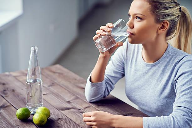 gesunde erfrischung - wasser trinken abnehmen stock-fotos und bilder