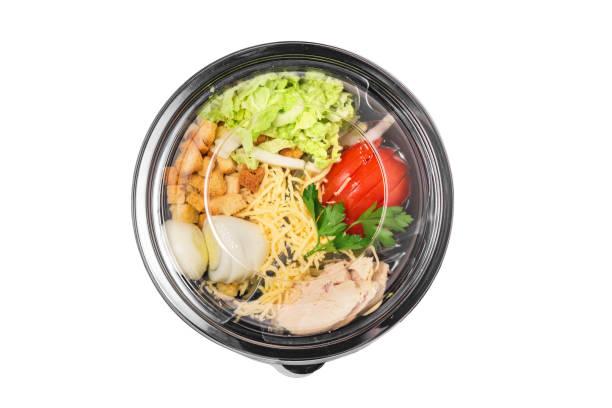 健康沙拉凱撒在塑膠包帶走或食品運送隔離在白色的背景 - 沙律碗 個照片及圖片檔