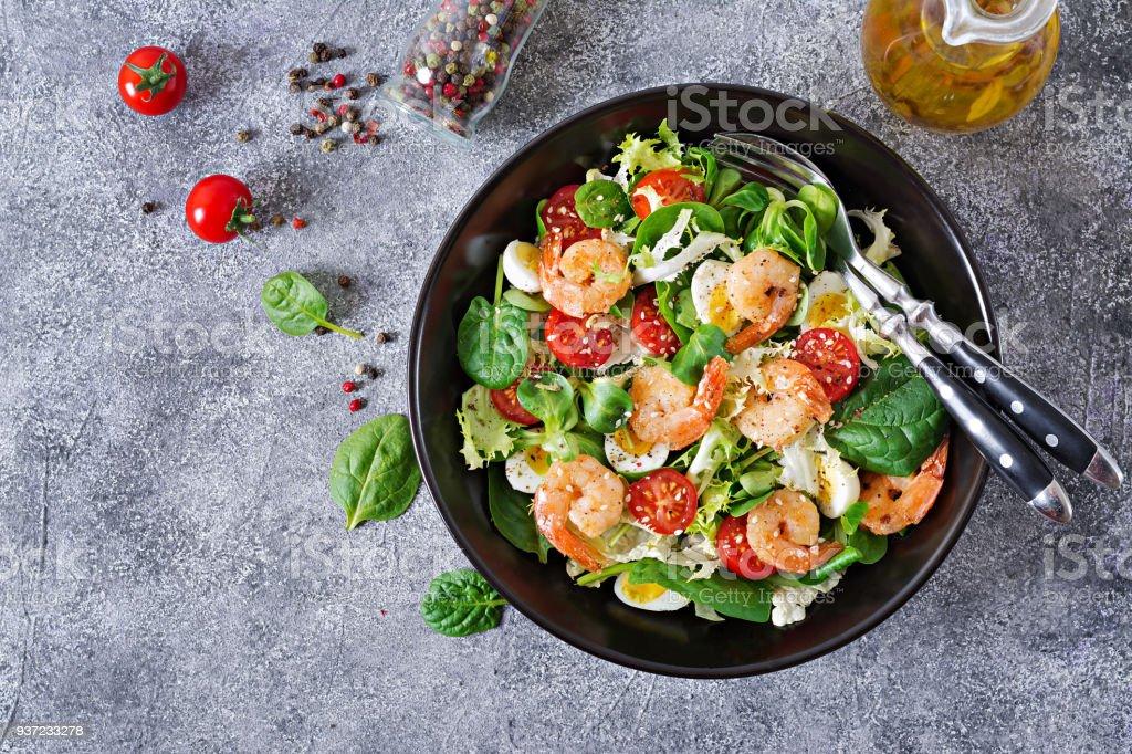 Gesunde Salatteller. Frische Meeresfrüchte Rezept. Gegrillte Garnelen und Salat aus frischem Gemüse und Ei. Gegrillte Garnelen. Gesunde Ernährung. Flach zu legen. Ansicht von oben – Foto