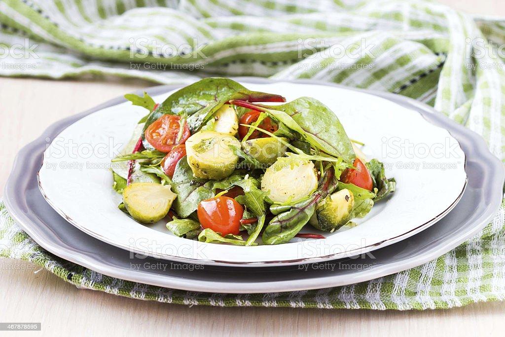 Saludable ensalada de col de bruselas sprouts, tomates, rukola - Foto de stock de Acelga libre de derechos