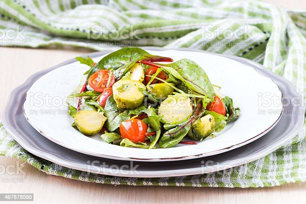 Saludable Ensalada De Col De Bruselas Sprouts Tomates Rukola Foto de stock y más banco de imágenes de Acelga