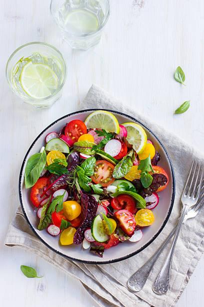 gesunde salat mit frischen sommer gemüse - radieschen salat stock-fotos und bilder