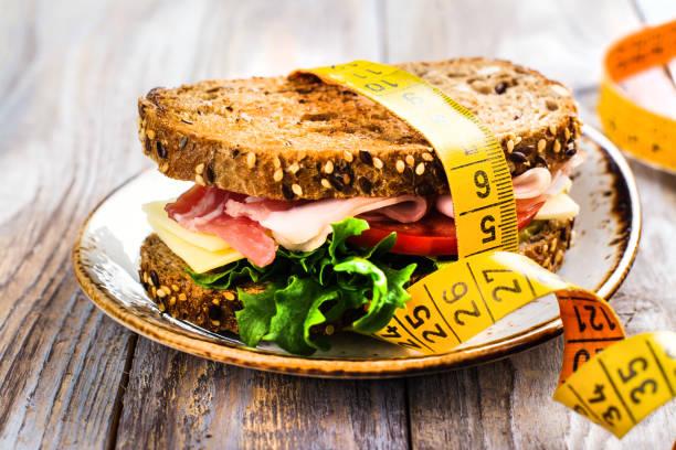 gesunde sandwich auf holztisch - brot kohlenhydrate stock-fotos und bilder