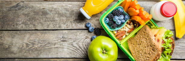 gesunde schule-lunch-box - mittagessen lebensmittel stock-fotos und bilder