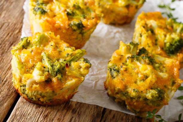 gesunder snack brokkoli muffins mit cheddar käse und thymian nahaufnahme. horizontale - käsemuffins stock-fotos und bilder
