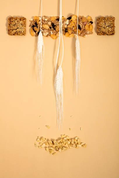 gesunder snack, müsliriegel mit weizen und nüssen - haferflocken rosinen stock-fotos und bilder
