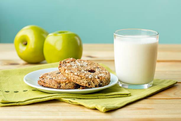 gesunde snack - hafer cookies stock-fotos und bilder