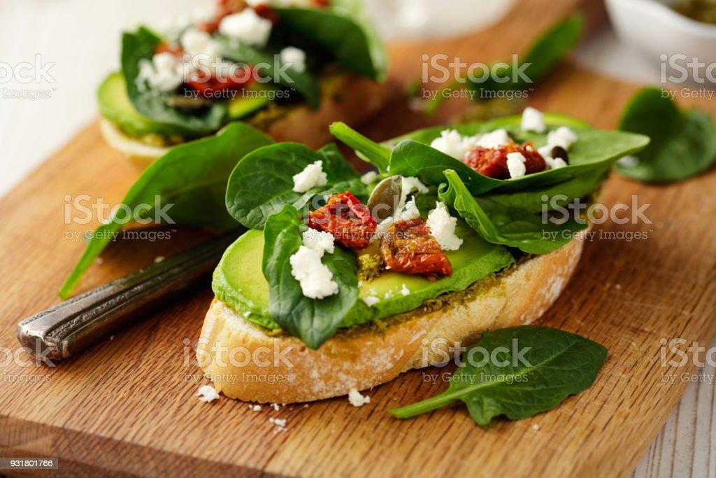 Saudável espinafre e abacate bruschetta - foto de acervo