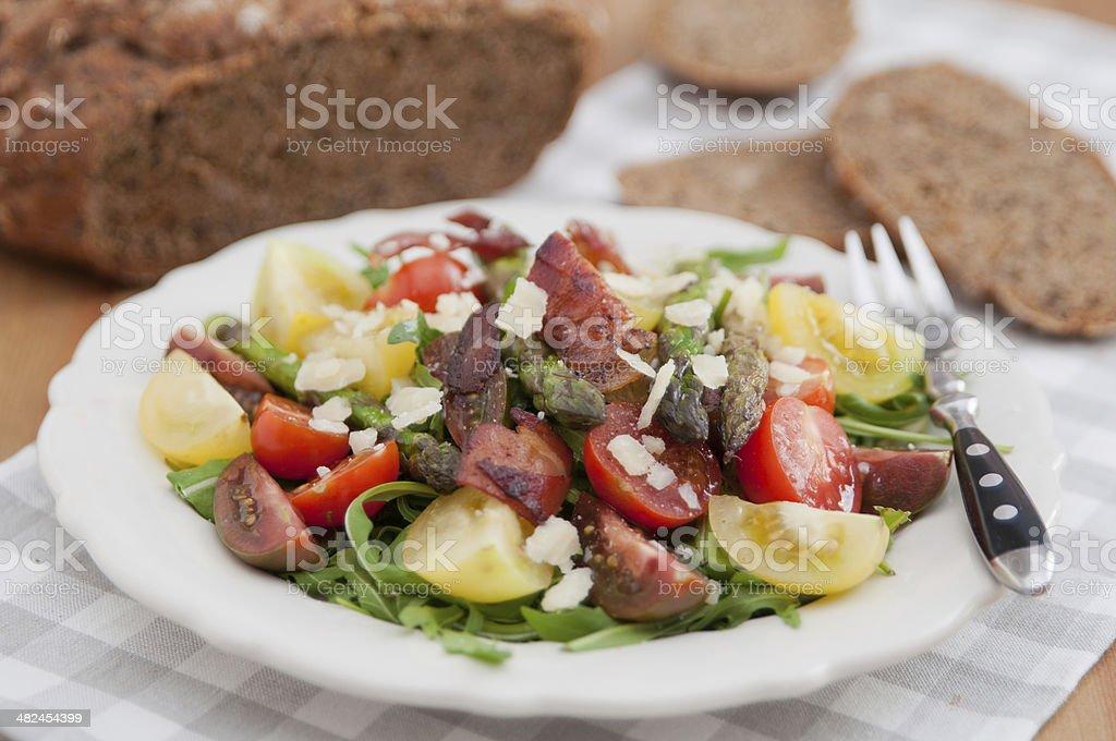 Saludable ensalada de resorte con espárragos - Foto de stock de Alimento libre de derechos