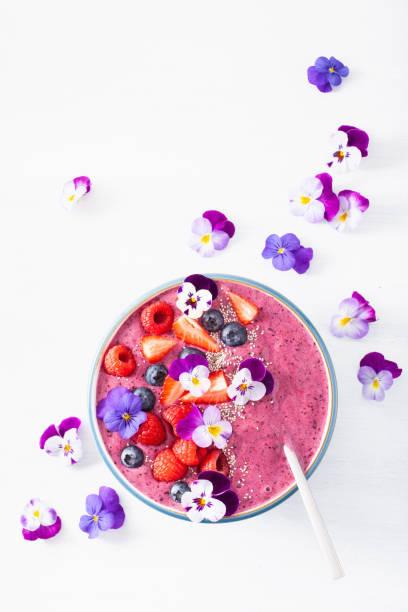 smoothie de berry été sain bol avec des fleurs et des graines de clerbois - Photo