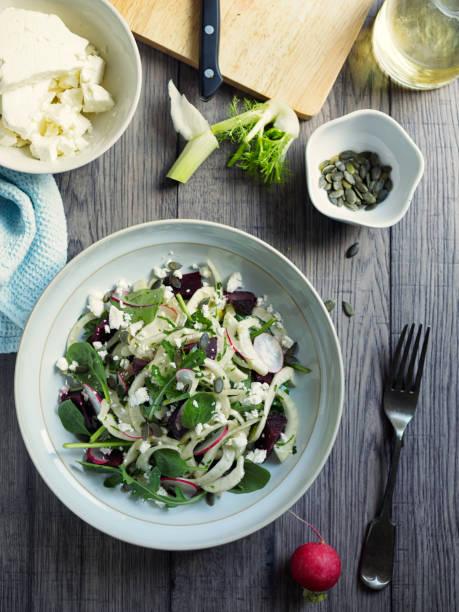 gesunden sommer fenchel rote beete salat - mangoldgemüse stock-fotos und bilder