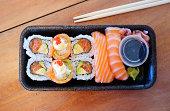 ヘルシーなテイクアウトのサーモンの寿司の選択